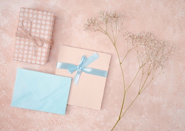 Invitación de boda plana con sobre azul Foto gratis