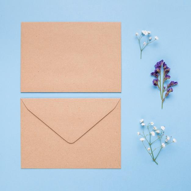 Invitación marrón clara de la boda en fondo azul Foto gratis