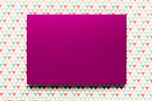 Invitación púrpura con colores de fondo Foto gratis