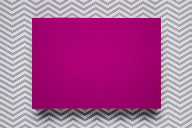Invitación púrpura con fondo monocromático Foto gratis