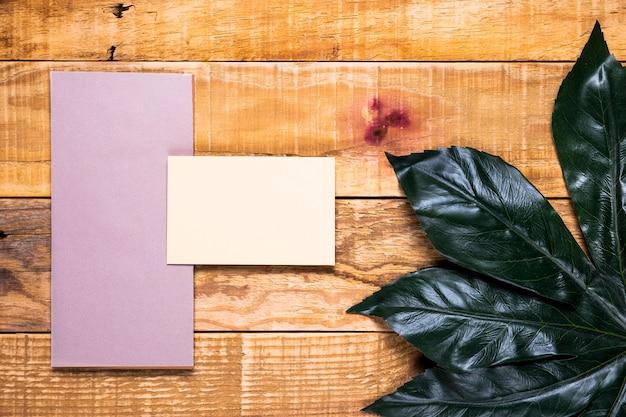 Invitación simple en mesa de madera Foto gratis