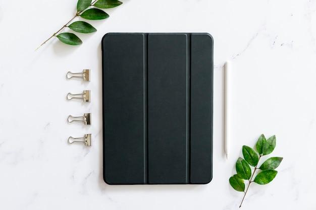 Ipad en el escritorio en plano Foto gratis