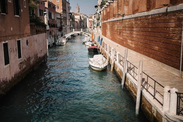 Italia belleza, una de las calles del canal en venecia, venezia Foto Premium