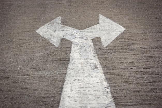 Izquierda y derecha señal de tráfico en la carretera Foto gratis