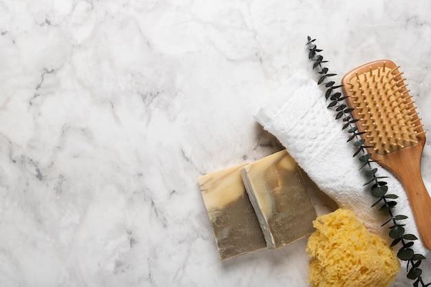 Jabón y herramientas de lavado con lavanda Foto gratis