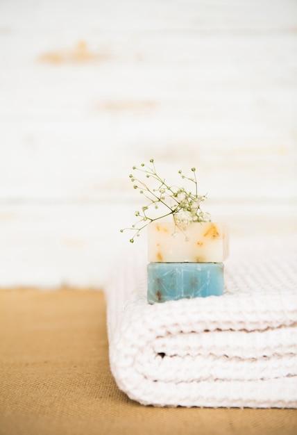Jabón en toalla Foto gratis