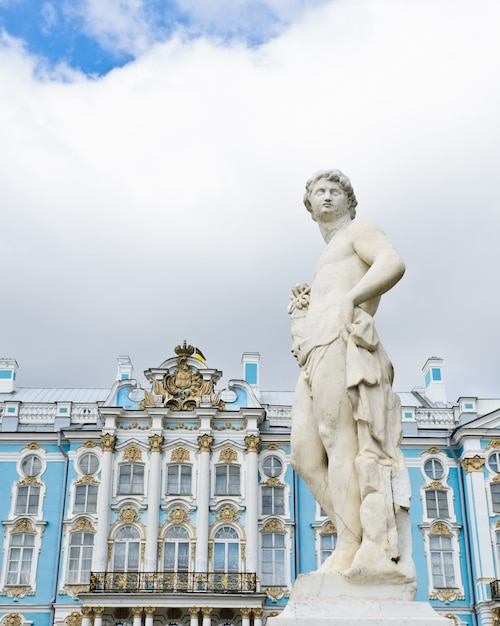 Jardín estatua en el palacio de catalina en tsarskoye selo (pushkin), san petersburgo, rusia Foto Premium