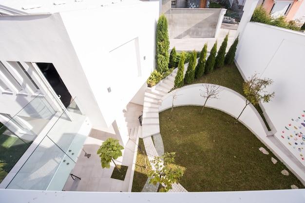 Jard n en frente de la casa moderna descargar fotos premium for Casa moderna jardines