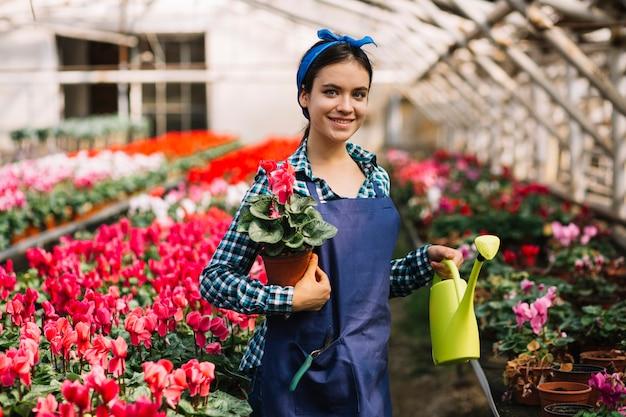 Jardinera trabajando en el invernadero Foto Premium