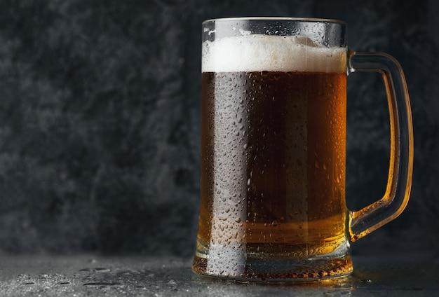 Jarra de cerveza con cerveza ligera Foto Premium