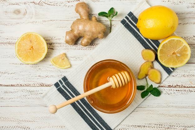 Jarra de miel con limón y gengibre Foto gratis