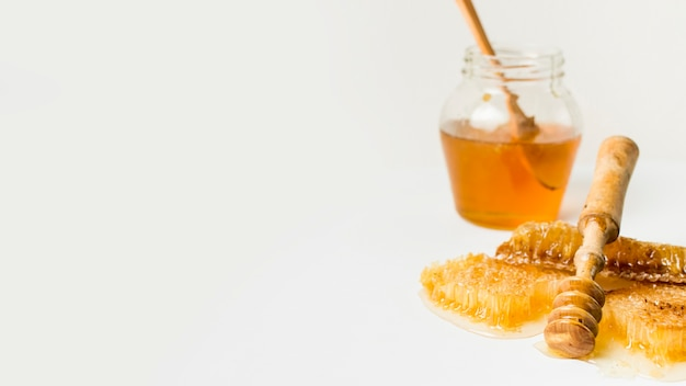 Jarra de miel con panal Foto gratis