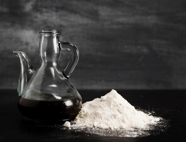 Jarra moderna con chocolate derretido y pila de azúcar en polvo Foto gratis
