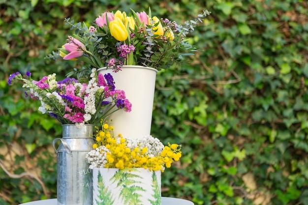 jarrones con flores bonitas y fondo borroso