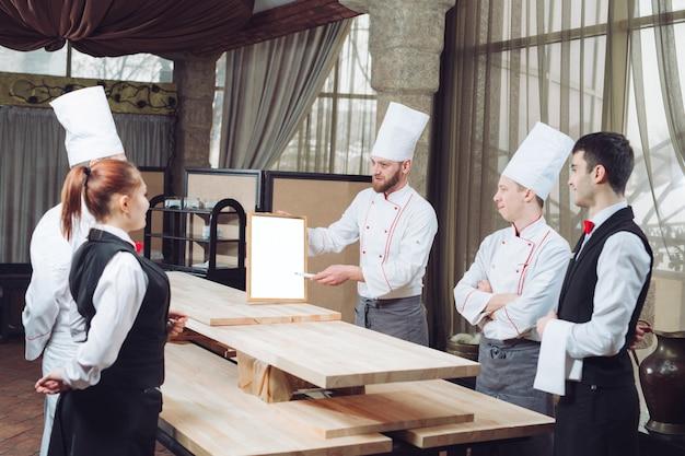 Jefe de cocina y su personal en la cocina. Foto Premium