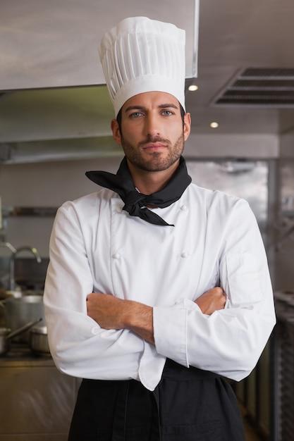 Jefe de cocina seria mirando a c mara con los brazos for Jefe de cocina alicante