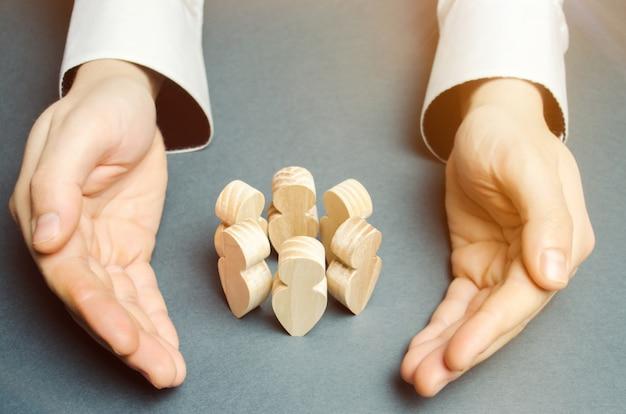Jefe defendiendo a su equipo con un gesto de protección. seguro de vida. atención al cliente Foto Premium