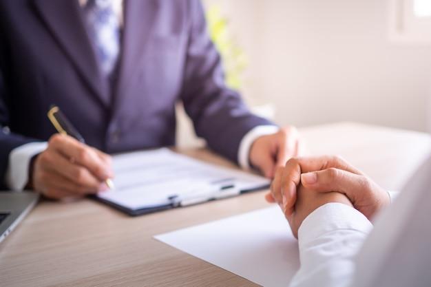 El jefe está sentado con el personal informando sobre el proceso de trabajo  y la planificación. sugerir cómo trabajar para nuevos empleados. | Foto  Premium