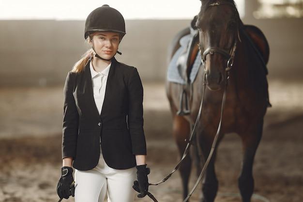 El jinete entrena con el caballo Foto gratis