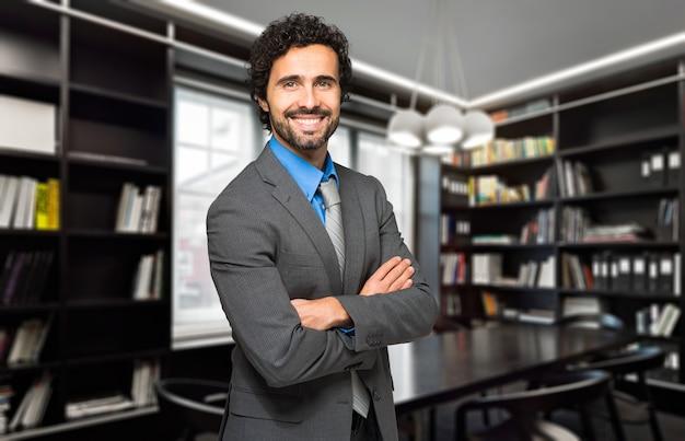 Joven abogado en su estudio Foto Premium