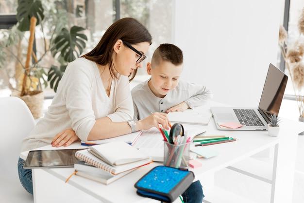 Joven alumno y tutor aprendiendo juntos Foto Premium