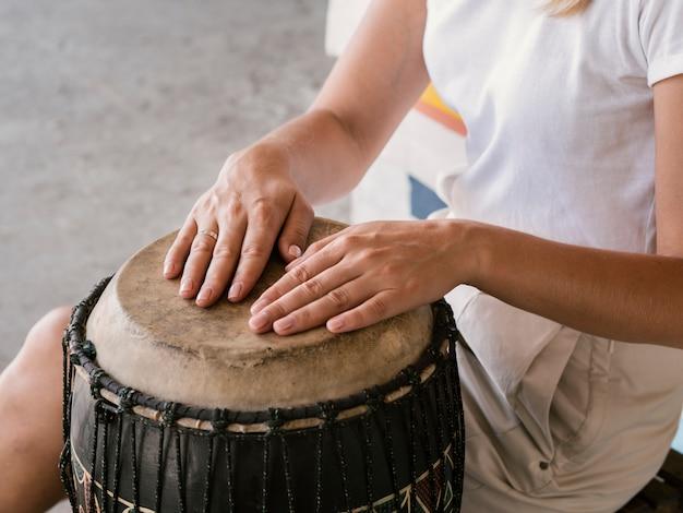Joven con ambas manos en yuker drum Foto gratis