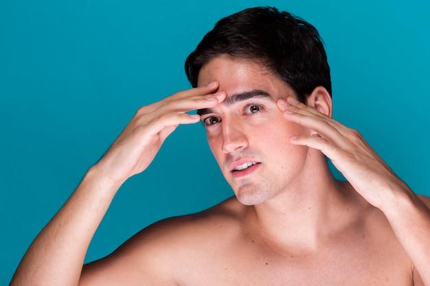 Joven aplicando cuidado de la piel Foto gratis