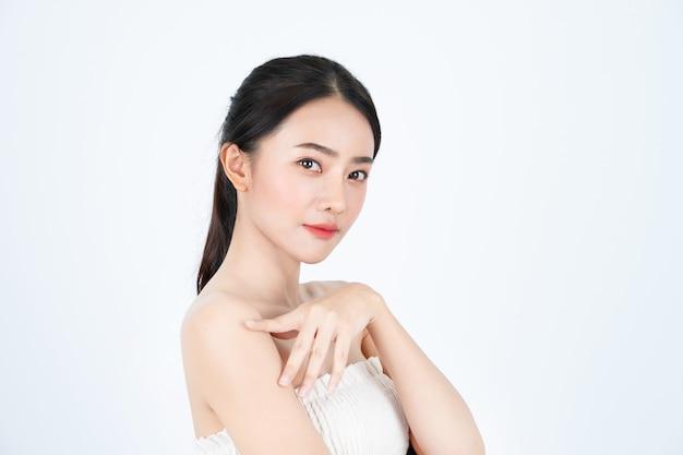 Joven asiática hermosa mujer en camiseta blanca, tiene una piel sana y brillante. Foto Premium