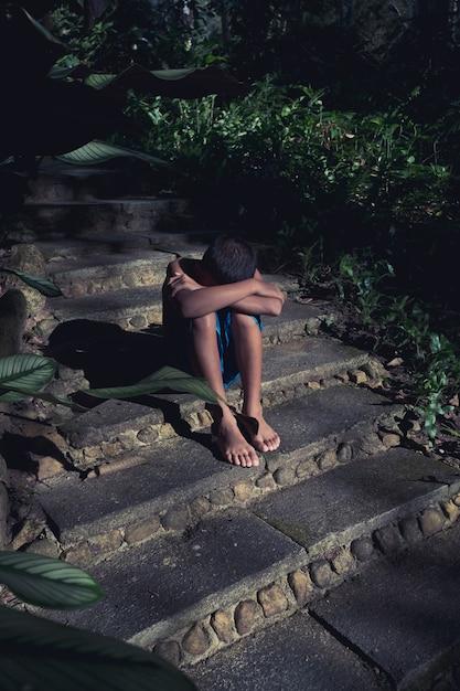 Joven asiático quedarse solo y tristeza Foto Premium