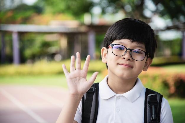 Joven asiático tailandia niño feliz yendo a la escuela Foto gratis