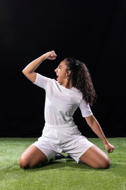Joven atlética en campo de fútbol Foto gratis