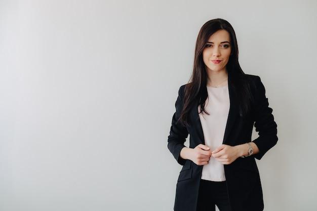 Joven atractiva chica emocional en ropa de estilo empresarial Foto gratis