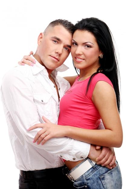 Una joven y atractiva pareja feliz Foto gratis