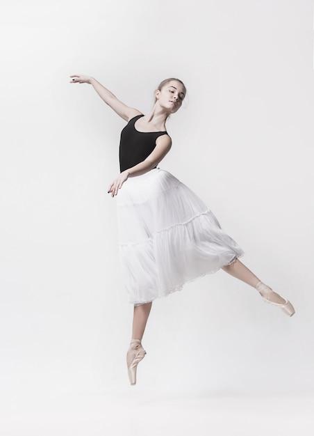 Joven bailarín clásico aislado en el espacio en blanco. Foto gratis