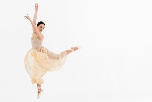 Joven bailarina bailando con gracia Foto gratis