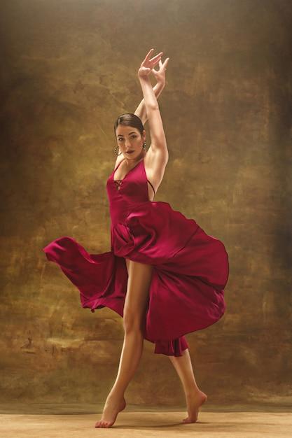 Joven bailarina de ballet. mujer bonita armoniosa con vestido Foto gratis