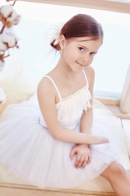 Joven bailarina se prepara para un ballet Foto Premium