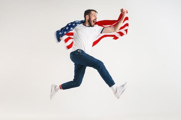 Joven con la bandera de estados unidos de américa Foto gratis