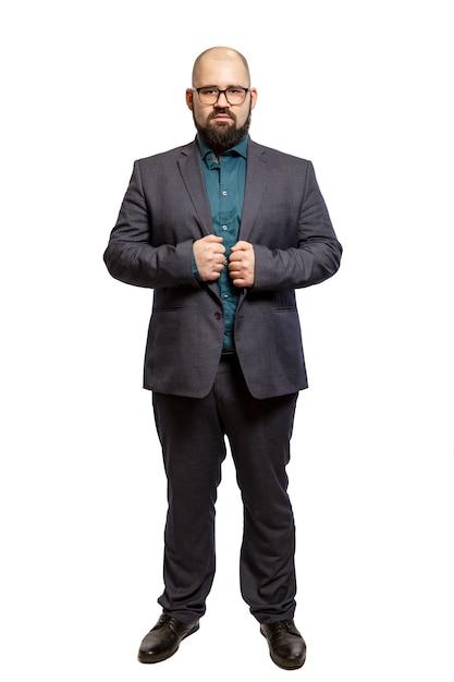 Joven barbudo calvo con gafas y un traje de cuerpo entero. aislado sobre fondo blanco Foto Premium