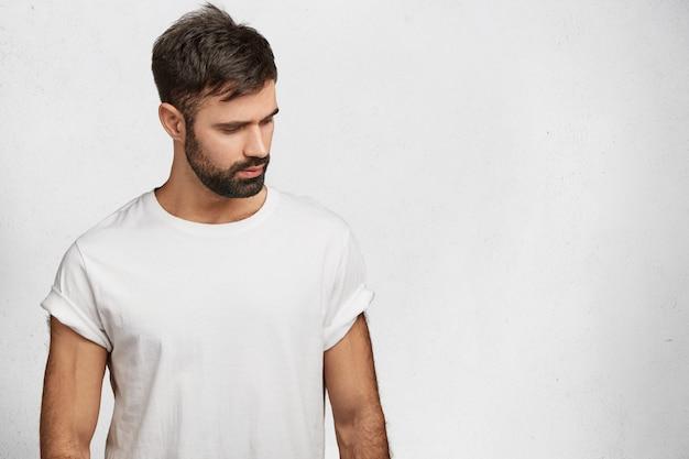 Joven barbudo con camiseta blanca Foto gratis