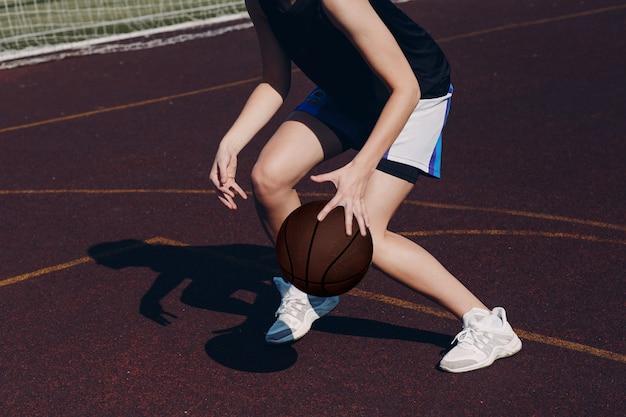 Joven basquetbolista jugando street ball Foto Premium