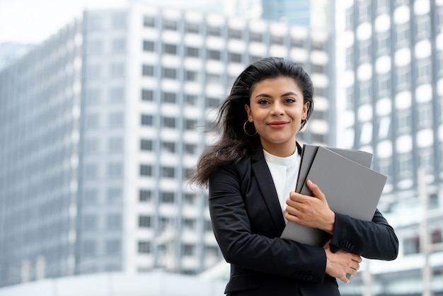 Joven bella empresaria latina en la ciudad. Foto Premium