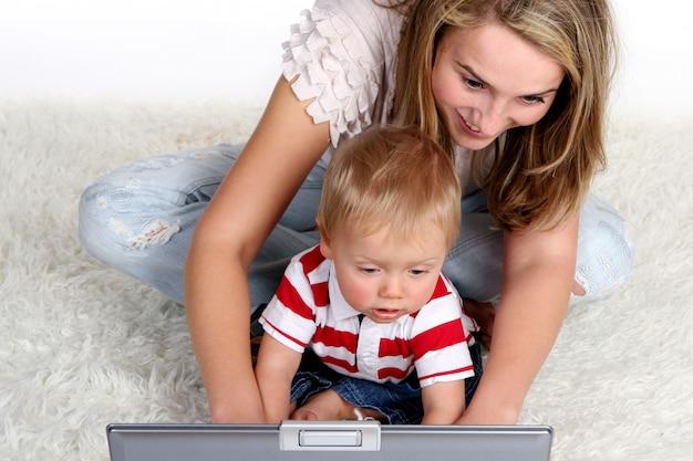 Una joven y bella madre con niño Foto gratis