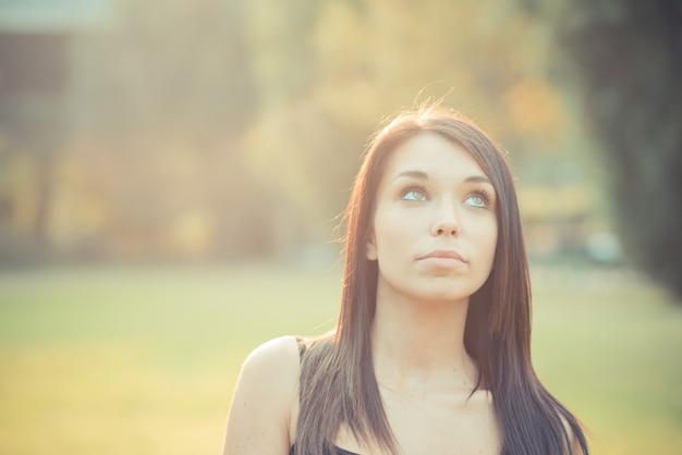 40ddc99b32 Joven y bella mujer morena de pelo lacio soplando pompas de jabón ...