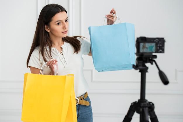 Joven blogger grabando un video Foto gratis