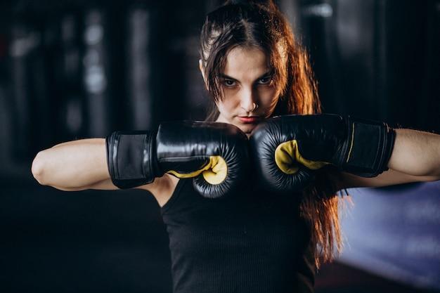 Joven boxeador entrenando en el gimnasio Foto gratis