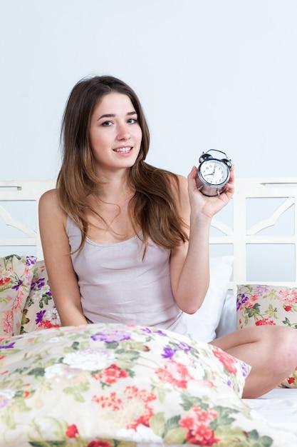La joven en la cama Foto gratis