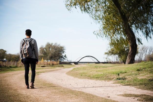 Joven caminando en el parque Foto gratis