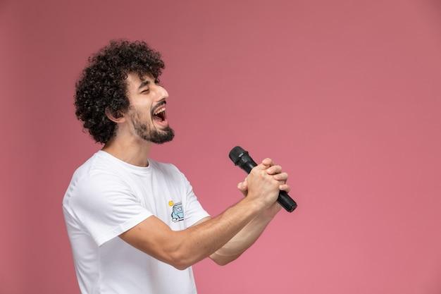 Joven cantando con su voz de cabeza Foto gratis