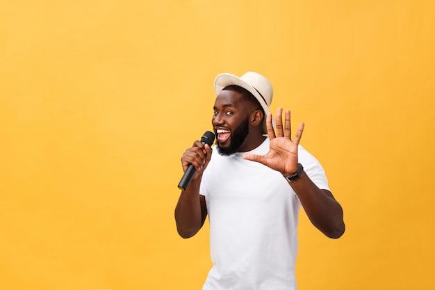 Joven cantante afroamericano negro adolescente del muchacho que se realiza en un concierto. Foto Premium